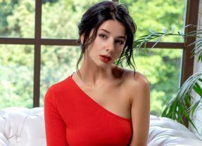 Naakte Vrouwen, van een rode jurk die uitgaat tot heet bij het zwembad