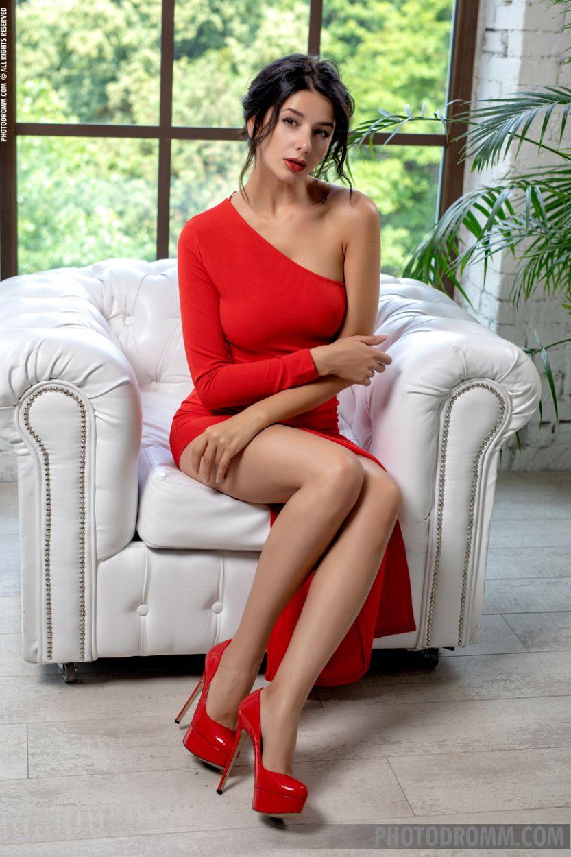 Nadine trekt haar stijlvolle rode jurk uit