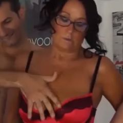 Knappe mature Italiaanse vrouw doet aan groepsseks