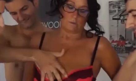 Knappe mature Italiaanse vrouw, sexy lingerie, heeft groepsseks met drie mannen