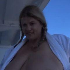 Vrouw met grote hangtieten, naakt op een cruiseschip