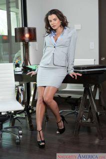 Keisha-Grey-knappe-zakenvrouw-doet-striptease-op-kantoor-02