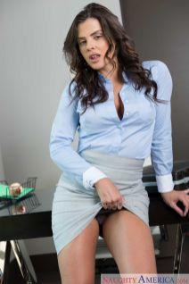Keisha-Grey-knappe-zakenvrouw-doet-striptease-op-kantoor-05