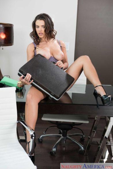 Keisha-Grey-knappe-zakenvrouw-doet-striptease-op-kantoor-21