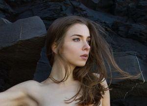 Mariposa, naakt op een onbegaanbaar en verlaten stuk strand