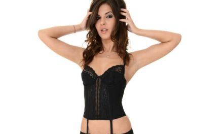Tania R doet een striptease, ze trekt haar mooie zwarte lingeriesetje uit