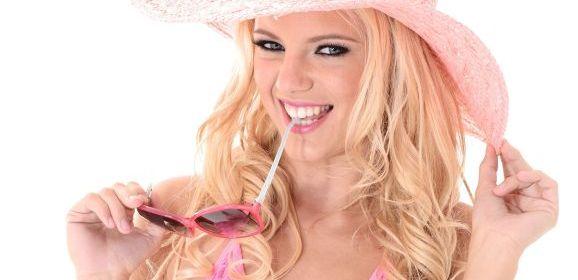 Naakte Vrouwen, van een roze hoed tot een lingeriemilf met rode lippenstift