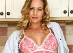 Geile lingerie milf, Elegant Eve, gaat naakt in de keuken