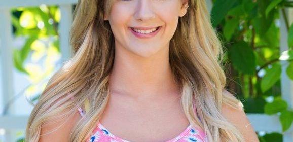 Bella Rose, knappe blonde tiener, gaat naakt in de achtertuin