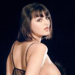Knappe lingerie vrouw met mooie rondingen in sexy lingerie