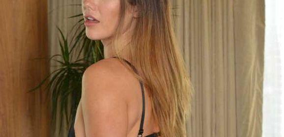 De mooie Eva Lova wordt in haar lekkere kontje geneukt