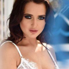 Gina Barett, knappe brunette heeft mooie witte lingerie aan