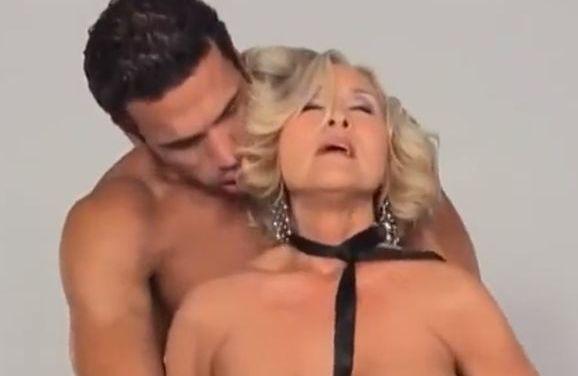 Knappe Engels oma heeft seks met veel jonger mannelijk model