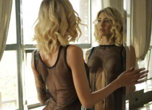 Barbara Q, slanke blondine heeft sexy zwarte doorkijklingerie aan