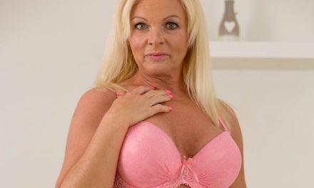 Carolina Carla, geile blonde mature amateur vrouw, heeft heerlijke grote tieten