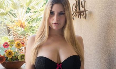Danielle FTV, grote tieten in een korset, is met haar seksspeeltjes bezig