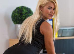 Izzy Delphine, knappe kantoorbabe aan het masturberen op haar bureau