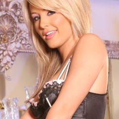 Kerry Reid, blond en stevige tieten, huishoudster lingerie