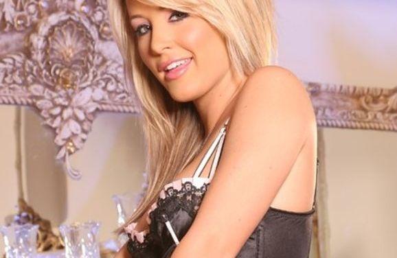 Kerry Reid, blond en stevige tieten, in sexy huishoudster lingerie