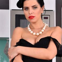 Kira Queen doet een sexy striptease in de keuken
