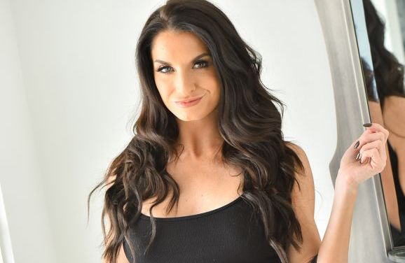 Silvia, knappe milf, trekt haar strakke zwarte jurkje uit