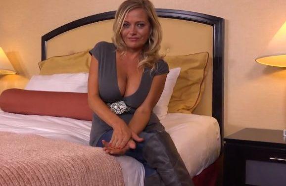 De eerste pornovideo van een knappe mature milf met grote tieten