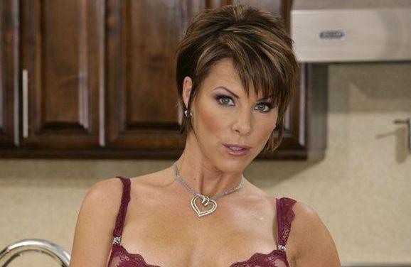 Kayla Synz, geile milf met kort haar en grote tieten, heeft seks met twee onderhoudsmonteurs