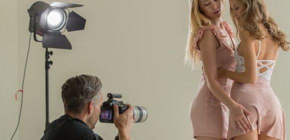 De modefotograaf en de fashion modellen een opwindend trio