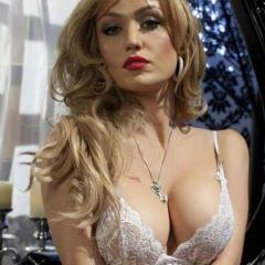 Angela Sommers is lekker in een sexy witte doorkijkjurk