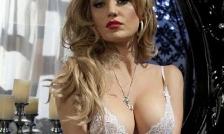 Angela Sommers trekt haar sexy witte doorkijkjurk uit