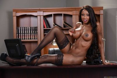 Diamond-Jackson-geile-ebony-lingerie-milf-doet-een-striptease-17