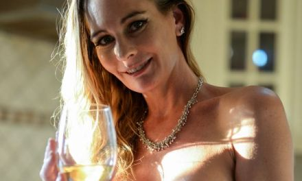 Naakte Vrouwen, van een goed glas wijn tot wijdbeens op de vloer