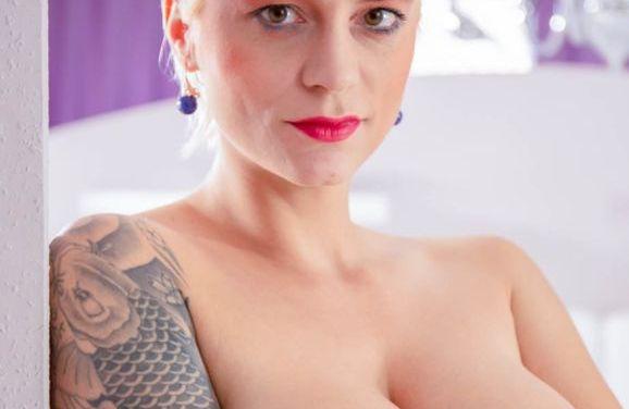 Mila Milan, blond, tatoeages, grote tieten en sex
