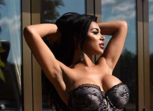 Olivia Berzinc, buiten in sexy lingerie