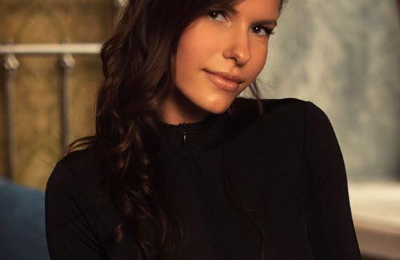 Suzanna, brunette met grote borsten, ziet er erotisch en opwindend uit