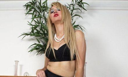 Katie Kay houdt van vintage lingerie en van masturberen