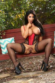 Raven-Hart-mature-huisvrouw-grote-tieten-buiten-sexy-lingerie-18
