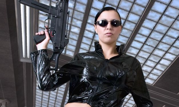 Matrix Cosplay, strakke babe gaat naakt in een metrostation