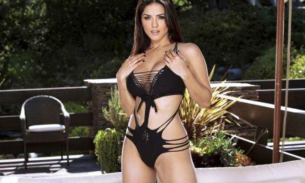 Sunny Leone, buiten in sexy lingerie, op de bank binnen aan het masturberen