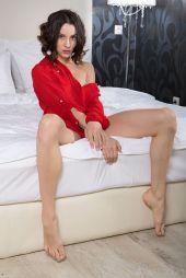 Adel-Morel-ligt-opwindend-te-doen-op-bed-03
