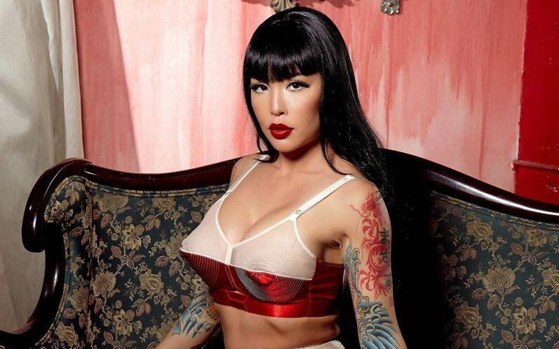 Masuimi Max, Aziatische babe, doet een lingerie striptease