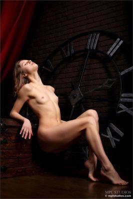 erotische-fotoshoot-met-de-mooie-Clarice-in-de-hoofdrol-008
