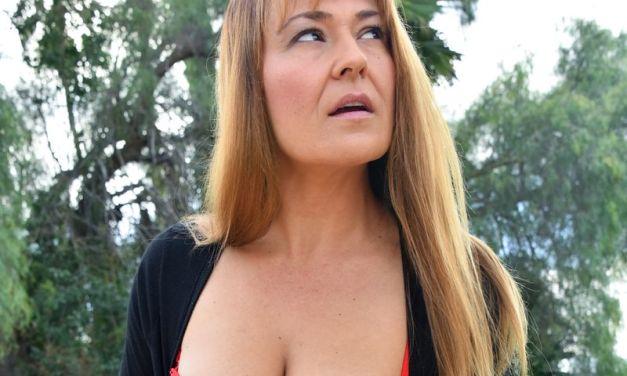 Knappe milf met grote borsten, gaat buiten naakt, Elexis Monroe