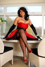 knappe-oudere-vrouw-in-stijlvolle-rode-lingerie-04