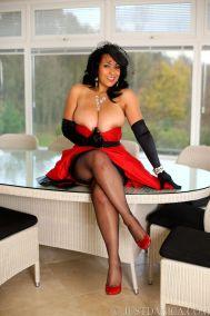 knappe-oudere-vrouw-in-stijlvolle-rode-lingerie-05