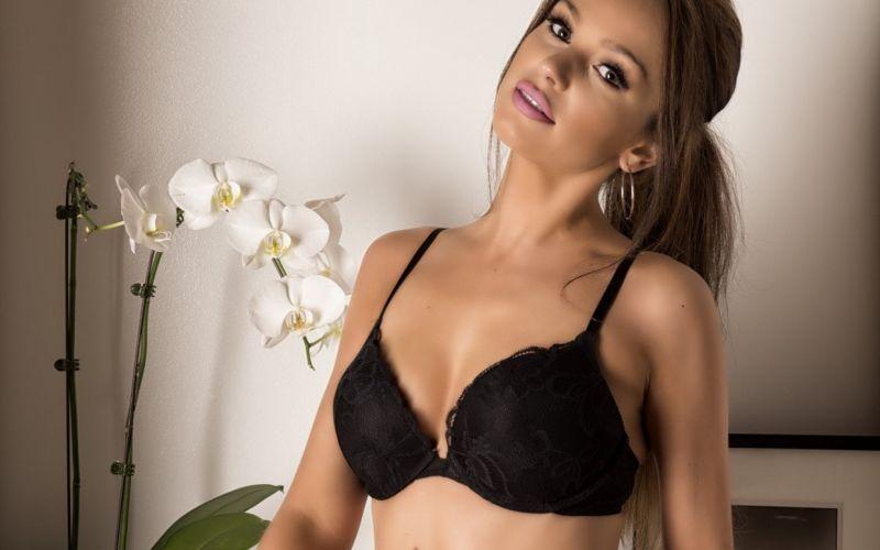 Naakte Vrouwen, van lingerie en kleine borsten tot lingerie en grote borsten
