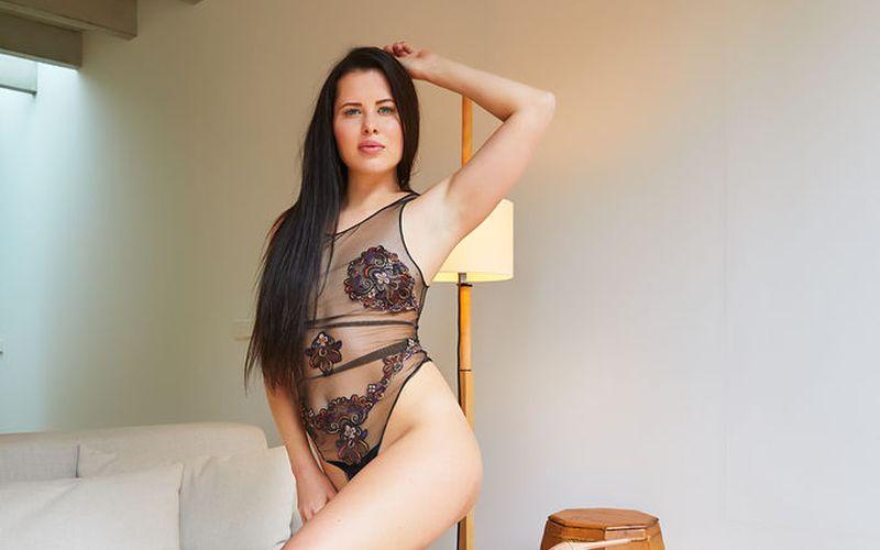 Donker haar en grote borsten, Cassie Fire naakt in de huiskamer