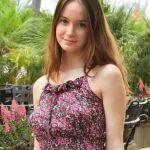 Naakt online, jonge vrouw met grote borsten, type buurmeisje