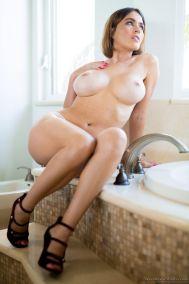 lekkere-blonde-milf-met-grote-borsten-Krissy-Lynn-13