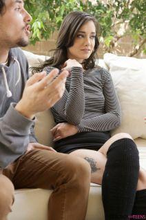 Jong stel, knappe vriendin, is aandachtig aan het luisteren